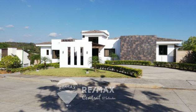HOUSE FOR SALE IN RESIDENTIAL LAS LUCES